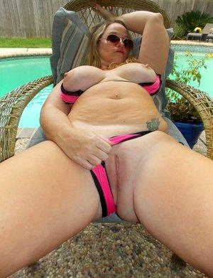 BBW in Pool Pics